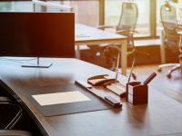 oficina-trabajo-moderno-monitorear-mesa-empleado-lugar-trabajo-comercial-jefe-o-jefe-mananas-luz-sol_77829-1193